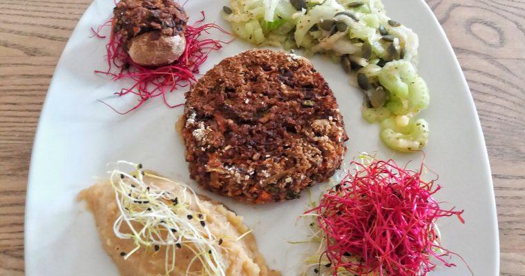 Hambúrguer de feijão azuki, cogumelo recheado, puré de rutabaga, salada de aipo e rebentos