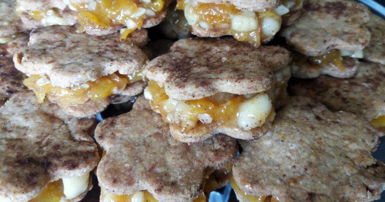 Bolachas recheadas com doce de alperce e amendoim