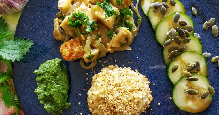 Estufado de tofú e cogumelos, esparregado de urtigas e arroz integral