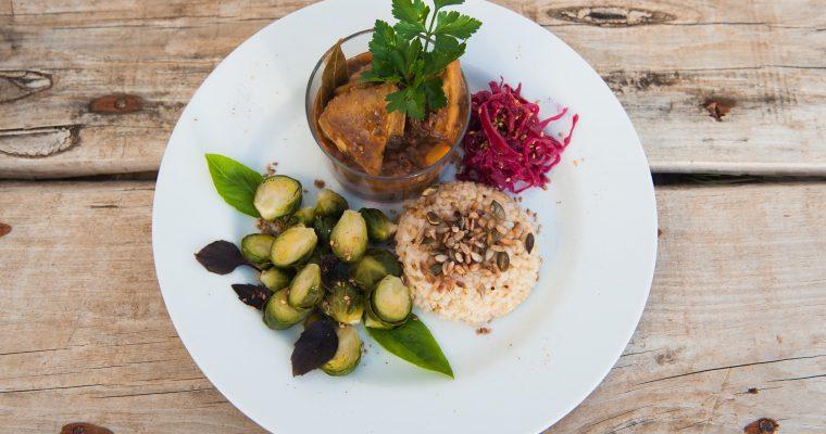 Estofado de azuki, hokaido y cesarias con arroz integral, coles de bruselas y pickle de col lombarda y jengibre